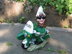 Die Gartenzwerge rüsten auf. Bei der Gartenzwerg Polizei wurde nun ein Motorrad mit Beiwagen eingeführt, damit der Garten sicher ist! www.zwergen-power.com