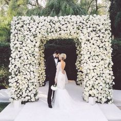 Are you thinking about having your wedding by the beach? Are you wondering the best beach wedding flowers to celebrate your union? Here are some of the best ideas for beach wedding flowers you should consider. Wedding Ceremony Ideas, Wedding Trends, Wedding Venues, Arch Wedding, Wedding Arbors, Ceremony Arch, Wedding Ceremonies, Wedding Flower Arrangements, Flower Bouquet Wedding