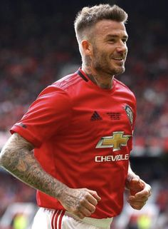 David Beckham Beard, David Beckham Style, Android Wallpaper Vintage, Skater Guys, Bend It Like Beckham, Ronaldo Real Madrid, Manchester United Players, Hair And Beard Styles, Haircuts For Men