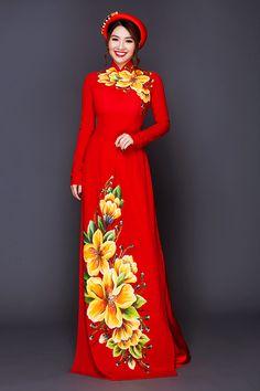 Trên nền vải lụa đỏ, hoa văn với màu sắc đối lập được vẽ bằng tay một cách tỉ mỉ, mang đến điểm nhấn thú vị cho cô dâu trong ngày cưới.
