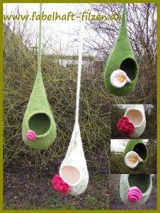 Hängeaccessoire - verschiedene Farben - mit Blüten verziert - gefilzt von Katrin Mett - www.Fabelhaft-Filzen.de