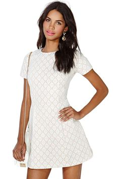 The perfect nude dress featuring a white floral lace overlay and short sleeves. Fitted waist, str...