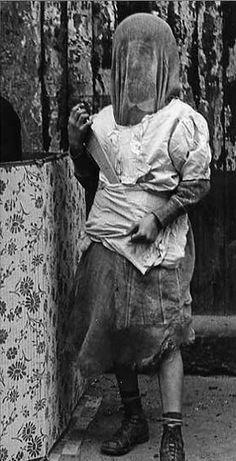 Helen Levitt  //   New York City, c.1940 (veiled woman with knife)