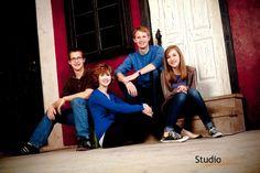 family photo poses Family Portrait Poses, Family Picture Poses, Family Posing, Posing Families, Sibling Photography, Outdoor Photography, Portrait Photography, Photography Ideas, Group Photography