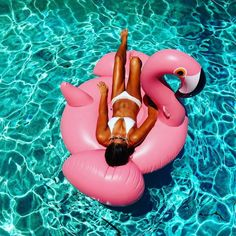 Really Big Inflatable Flamingo Lace Bikini, Bikini Beach, Bikini Pictures, Beach Pictures, Couple Pictures, Pool Poses, Best Photo Poses, Photo Tips, Pool Picture