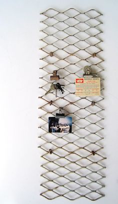 Metal grate as display board. Great for a different and original organising.