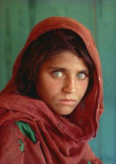 Afghaans meisje in een vluchtelingenkamp, Pakistan. foto Steve McCurry
