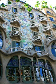 Environmental Art Nouveau - The Casa Batlló, already built in 1877, was remodelled in the Barcelona manifestation of Art Nouveau, modernisme, by Antoni Gaudí and Josep Maria Jujol during 1904–1906