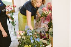 Choosing flowers at the Flower Arrangement Party hosted by @BLOOMY DAYS  with pictures from @Chasing Heartbeats   #sistermag9 #flowers #bloomydays