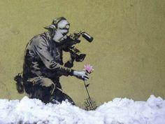 """Es una obra de Banksy, el cual es el seudónimo de un prolífico artista del street art británico,  los datos acerca de su identidad son inciertos y se desconocen detalles de su biografía. Banksy utiliza su arte urbano callejero para promover visiones distintas a las de los grandes medios de comunicación. Esta intención política detrás de su llamado """"daño criminal"""" puede estar influida por los Ad Jammers, movimiento que deformaba imágenes de anuncios publicitarios para cambiar el mensaje…"""