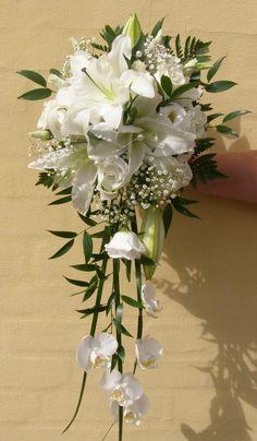 Buket med roser, liljer og brudeslør