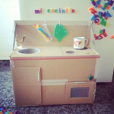 Cocinita de juguete de cartón. Spielküche aus Pappe.