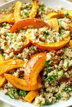 Gerösteter Hokkaido-Kürbis auf Quinoa-Salat Rezept mit Mandeln und getrockneten Tomaten. Vegan, Glutenfrei