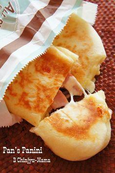 [捏ねない!発酵20分!]フライパンでとろ~りチーズとベーコンのパニーニ |珍獣ママ オフィシャルブログ「珍獣ママのごはん。」Powered by Ameba Cooking Bread, Easy Cooking, Cooking Recipes, Savoury Baking, Brunch, Cafe Food, Burger, Snacks, Sweets Recipes