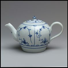 Teapot, hard-paste porcelain, Fürstenberg, Germany, late 18th century