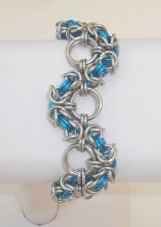 The title says it all it is Bold Wavy and Blue This bracelet is made with bright aluminum rings and anodized aluminum teal rings Each ring was patiently opened and Jump Ring Jewelry, Wire Jewellery, Metal Jewelry, Beaded Jewelry, Jewelery, Chainmaille Bracelet, Diy Bracelet, Bracelets, Jewelry Boards
