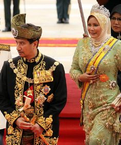The outgoing king of Malaysia, Tuanku Mizan Zainal Abidin and Queen Nur Zahirah, during a farewell ceremony at the Parliment House in Kuala Lumpur on 12 Dec 2011 Brunei, King Dress, King Abdullah, Court Dresses, Royal Blood, Royal Crowns, Fairytale Dress, Hijabi Girl, Royal Jewelry