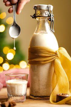 Vaječný likér je bez salka, resp. kondenzovaného mlieka, pretože som chcela vyskúšať verziu s minimom ingrediencií a pokiaľ je to možné aj úplne bez polotovarov. A musím povedať, že likér sa náramne podaril, o čom svedčila bleskurýchlosť, akou sa vypil. Budem sa tešiť, ak ho vyskúšate a spríjemníte si ním nielen Vianoce, ale aj prvé decembrové večery. Rum, Christmas Time, Coffee Maker, Food And Drink, Kitchen Appliances, Baking, Drinks, Coffee Maker Machine, Diy Kitchen Appliances