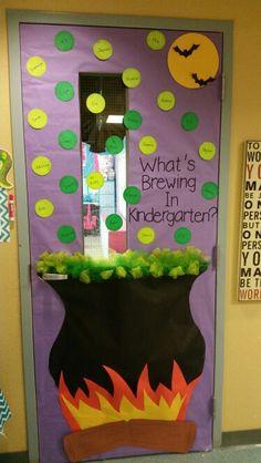 Halloween Classroom Door Spooky Halloween, Minion Halloween, Halloween Crafts For Kids, Daycare Crafts, Classroom Crafts, Preschool Crafts, Kids Crafts, Halloween Front Door Decorations, Halloween Front Doors