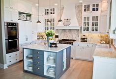 Muebles blanco, cristales, detalle en mármol gris, isla gris, tiradores de concha...