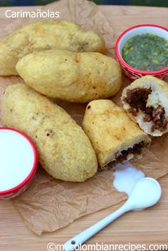 Carimañolas de Carne y de Queso (Meat and Cheese Stuffed Yuca) (use cheatmeat) My Colombian Recipes, Colombian Cuisine, Cuban Recipes, Latin American Food, Latin Food, Empanadas, Panamanian Food, Spanish Dishes, Spanish Food