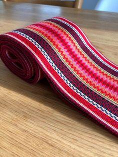 Brikkevevd belte til beltestakk | FINN.no Tablet Weaving, Color Shapes, Zip Around Wallet, Colours, Personalized Items, Band, Crafts, Diy, Accessories