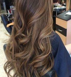 Idée Tendance Coupe & Coiffure Femme 2017/ 2018 : coloration chocolat clair, cheveux longs chatain clair, comment choisir la coule...