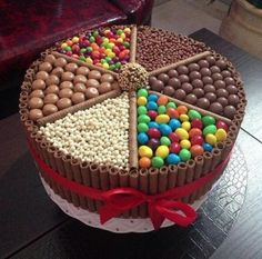Bolo Kit Kat: 25 modelos incríveis (With images) Torta Candy, Candy Cakes, Cupcake Cakes, Food Cakes, Cute Cakes, Yummy Cakes, Chocolate Box Cake, Chocolate Heaven, Chocolate Lovers