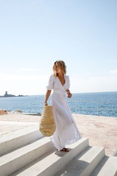 Summer | Beach | White dress | Beach bag | Blue sky | More on Fashionchick.nl