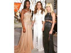 Cannes 2017: Naomi Campbell, portavoce dell'evento, posa pochi attimi prima della sfilata insieme alla regina Rania di Giordania e Donatella Versace.