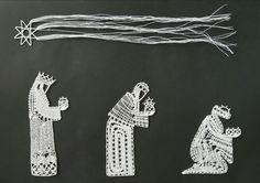 Les rois mages. Modèle issu de la revue La Dentelle. Interprétation de Victoria Gervier en lin 60/2. 3 Reyes, Bobbin Lace Patterns, Lace Heart, Lace Jewelry, Needle Lace, Lace Making, Lace Knitting, Handicraft, Lace Detail