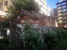 Buongiorno #Milano Eccoci davanti a quel che rimane delle Terme Erculeee A pochi passi da San Babila. #milanodavedere Milano da Vedere