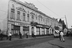 Clădirile de la nr. 35-37, Calea Văcăreşti, formau un front armonios, aparent uniform, simetric. Fiecare imobil avea câte un gang de acces în câte o curte interioară. În prim-plan, la parterul de la nr. 35, funţiona un magazin de lactate, unitatea nr. 2 a ICL Alimentara sector 4 (în configuraţia de atunci, această zonă era în sectorul 4) Dan Vartanian 1979 Bucharest, Time Travel, Romania, Street View, Memories, Memoirs, Souvenirs, Remember This