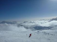 Sporty zimowe…. Czyli Aktywna Studentka na stoku Emotikon smile  Czy wiecie, że podczas zjeżdżania na nartach spalamy aż 511 kalorii? Ale to tylko niektóra z zalet, która jest wpisana w jeżdżenie na nartach, czy desce. Dziś kilka porad, jak bezpiecznie i aktywnie spędzić czas białego szaleństwa.  Zacznijmy od początku, czyli bezpieczeństwo! Pamiętajmy o obowiązku noszenia kasków, które w sytuacji upadku, czy zderzenia z innymi narciarzami ochroni naszą głowę.