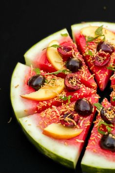 """Healthy and clean-eating approved vegan watermelon """"pizza"""" dessert. Simple, easy customization, and purely guilt-free! Watermelon Pizza, Watermelon Recipes, Fruit Recipes, Healthy Cooking, Healthy Snacks, Dessert Healthy, Healthy Eating, Pizza Vegana, Smoothie"""