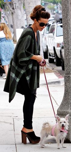 Star style: Clog.    Kate Beckinsale, despite the status of a recognized fashionista also appreciates and comfort - in the Clog comfortably walk the dog at the same time staying true to his style and love for heels