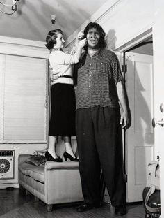 Sideshow Giant ~ My father was a Bigfoot? Giant People, Tall People, Old Circus, Vintage Circus, Nephilim Giants, Giant Skeleton, Sideshow Freaks, Human Oddities, Special People