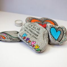 Les Feutres & Posca - Site de carinecreation65 ! Pebble Painting, Pebble Art, Stone Painting, Rock And Pebbles, Sharpie Art, Mandala Rocks, Rock Painting Designs, Zentangle Patterns, Painted Shells
