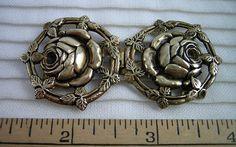 """Laiton estampé assez Rose boucle Set: 2 pièces crochet, Design ajouré, bordure de feuilles, 2 1/2"""" diamètre, fleur Centre, Vintage années 1940 Era"""