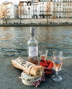 Picnic in the nature. Picnic on the beach. Picnic date. Picnic In Paris, Picnic Date, Comida Picnic, Student Guide, Comfort Food, In Vino Veritas, Aesthetic Food, Summer Aesthetic, Paris France