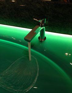 Via Manzoni Armaturen auf grünem Glaswaschtisch hinterleuchtet
