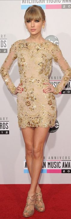 Who made  Taylor Swift's jewelry, gold sandals, and gold long sleeve dress that she wore to the 2012 American Music Awards in Los Angeles?