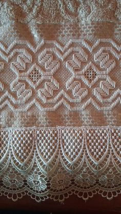 Toalha de lavabo em Ponto reto e crivo. Bargello, Drawn Thread, Needlepoint, Hand Embroidery, Ravelry, Projects To Try, Cross Stitch, Diy Crafts, Crochet
