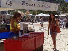 Tainá Müller e Camila Pitanga esbanjam boa forma em gravação em praia do Rio (Foto: Juliana Lessa / Gshow)