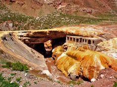 Puente del Inca camino del Cerro Aconcagua en la provincia de Mendoza, Argentina.