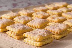 Ranskalaiset vohvelit ✦ Ranskalaiset vohvelit ovat klassikkotarjottava kahvipöydässä. http://www.valio.fi/reseptit/ranskalaiset-vohvelit/