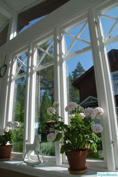 love how these narrowly trimmed out these windows Sunroom Windows, Scandinavian Cottage, Other Rooms, Cozy House, Cottage Style, Country Style, My Dream Home, Summertime, Garden Design