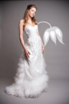 uszályos szatén esküvői ruha tüllel