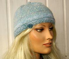 Kuschelig warme, handgestrickte Mütze für die kalte Jahreszeit, mit 2 vintage Knöpfe dekoriert. Sieht nicht nur schick aus sondern auch total moder...