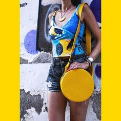 Easy peasy lemon squeezy 🍋 . #leatherbag #yellowbag #circlebag #ceramicnecklace #summerstyle #summerlook #ootd #islandlife #islandstyle…